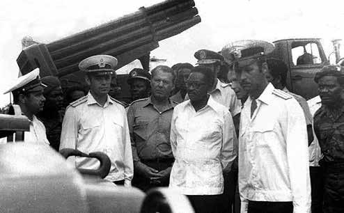 Президент Анголы А. Нето посещает БДК «Красная Пресня». Справа от А. Нето командир десанта С. Ремизов. Луанда, 1977 г.
