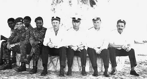 С ангольскими военнослужащими. С. Ремизов в центре. Луанда, 1977 г.