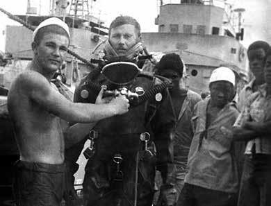 С. Ремизов в водолазном костюме готовится к погружению для осмотра подводной части корабля. Луанда, 1977 г.