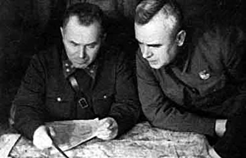 Командующий 1-й ударной армией генерал В. И. Кузнецов (слева).