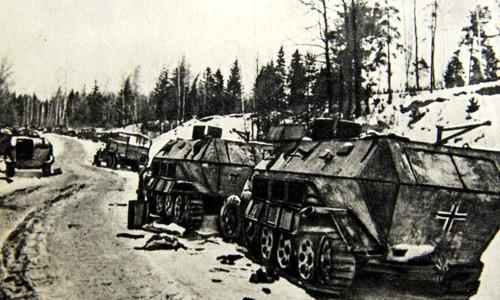 После двухдневных ожесточенных боев на окраинах города гитлеровцы, не выдержав ударов наших войск, начали беспорядочные отступления на запад – по единственной дороге, остававшейся в их руках.