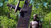 При въезде в город Чудов установлен обелиск в память совершенного здесь подвига.