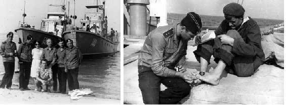 Слева – у катеров обеспечения; крайний справа – капитан 2 ранга Л. Фарионов, рядом с ним – капитан 3 ранга А.Черноморец; крайний слева – капитан 3 ранга - инженер В. Левицкий, рядом с ним – капитан 3 ранга В. Бакуменко. Справа – фельдшер похода мичман И. Ханчич оказывает помощь. Июль 1975 года.