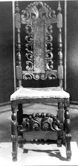Кресло, на котором, по преданию, сидел Петр 1, при посещении Косино. Это кресло долгое время хранилось в Косинской церкви, а позднее было перевезено в Дом-музей Петра 1 в Коломенском, где и находится в настоящее время.