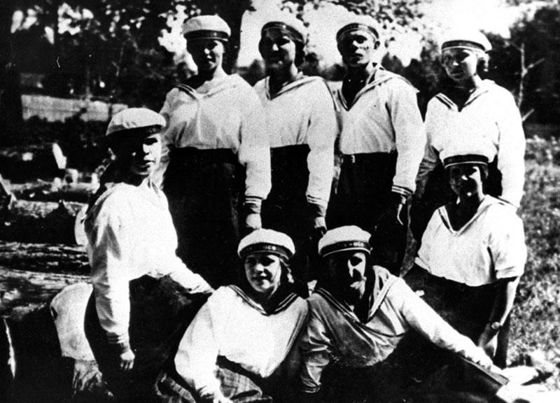 Фотография 1926 года. В Косино был организован детский морской кружок для обслуживания вечеринок НЭПманов на озере.