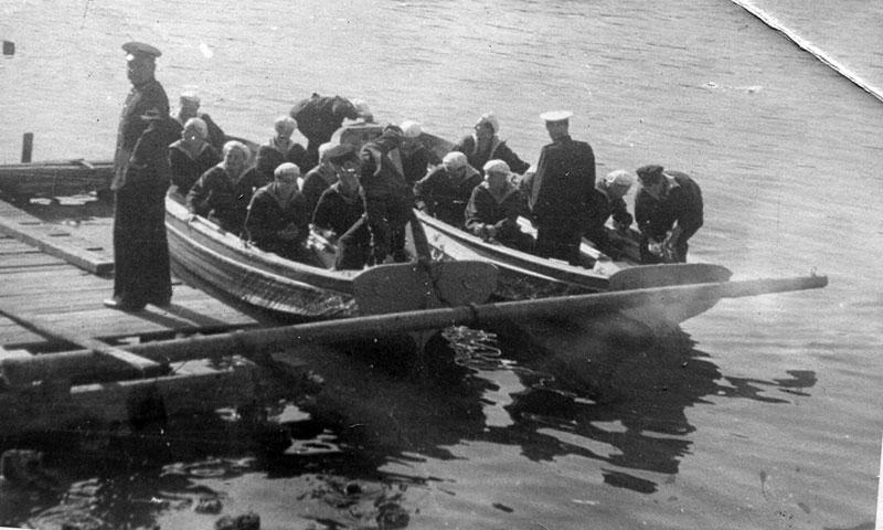 1950 год. На озере Белое проходит первенство Люберецкого райсовета ДОСФЛОТ. Слева команда Косинской школы по морскому многоборью