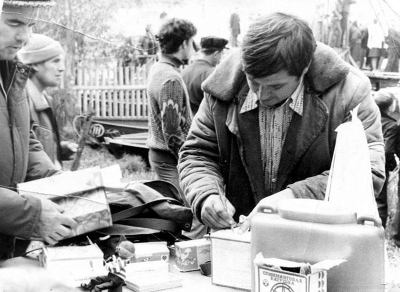 1983 год Бессменный комендант Косинских регат Игорь Баранкин распределяет призы по местам.