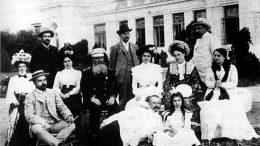 Степан Осипович Макаров на отдыхе в Саках с супругой Капитолиной Николаевной и дочерью Диной. 1902 г.