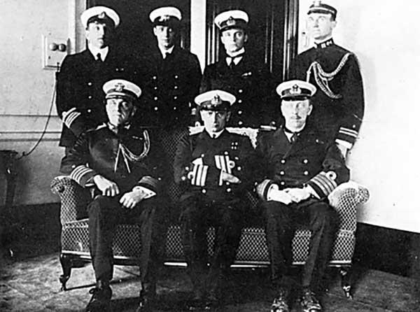 Члены русской морской миссии в США. Вверху второй слева- лейтенант В.С. Макаров. Сидит в центре- Адмирал А.В. Колчак. Фото 1917 г.