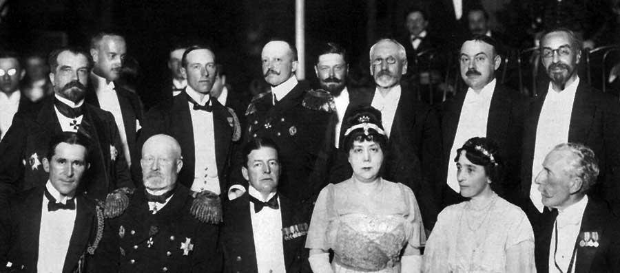 Вдова адмирала С.О. Макарова Капитолина Николаевна (третья справа в нижнем ряду) на приёме в честь прибытия английской эскадры в Кронштадт 1913 г.