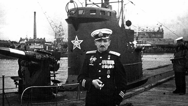 Командир «Л-3» Герой Советского Союза В.К. Коновалов у своего корабля. Лето 1945 г.