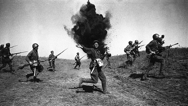 Политрук. Сталинград, 1942 год. Фотограф Аркадий Шайхет.