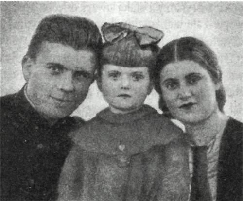 А.И. Маринеско с женой Ниной и дочерью Леонорой. 1937 год.