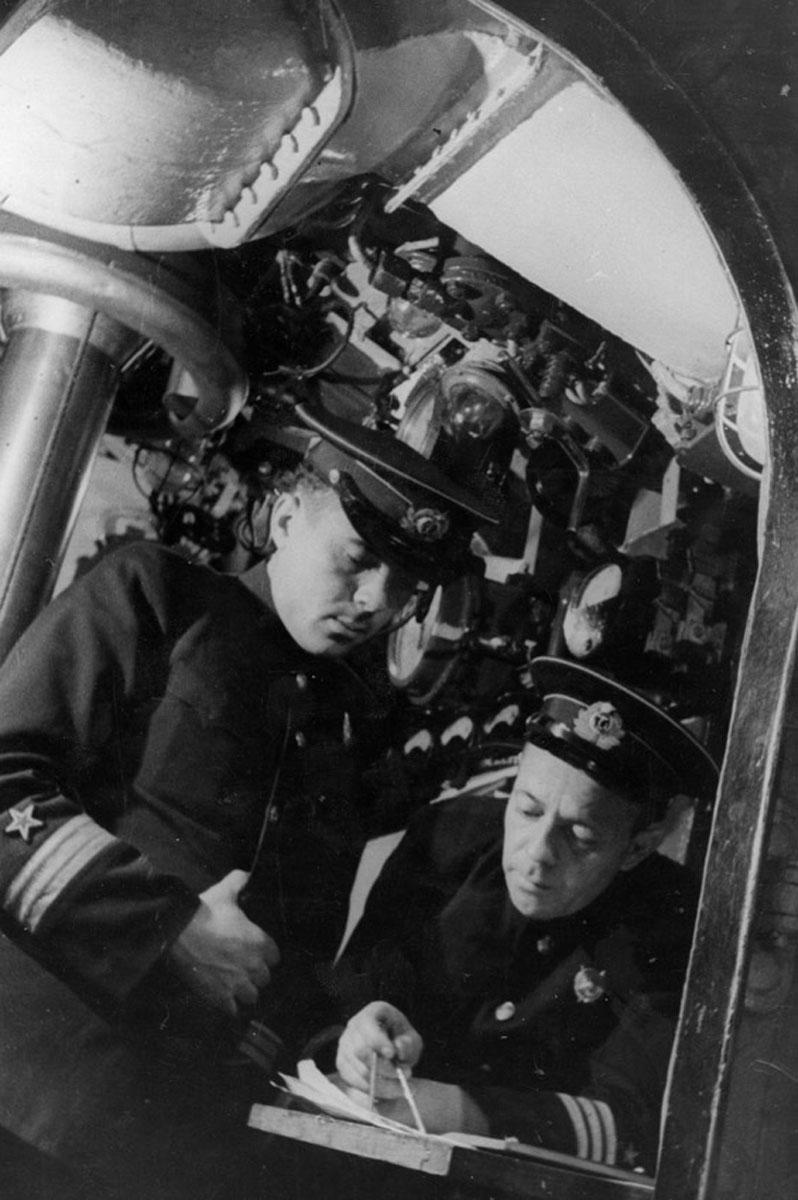 Военком «Щ-304» старший политрук В.С. Быко-Янко и командир подлодки капитан 3 ранга Я.П. Афанасьев, лето 1942 г.