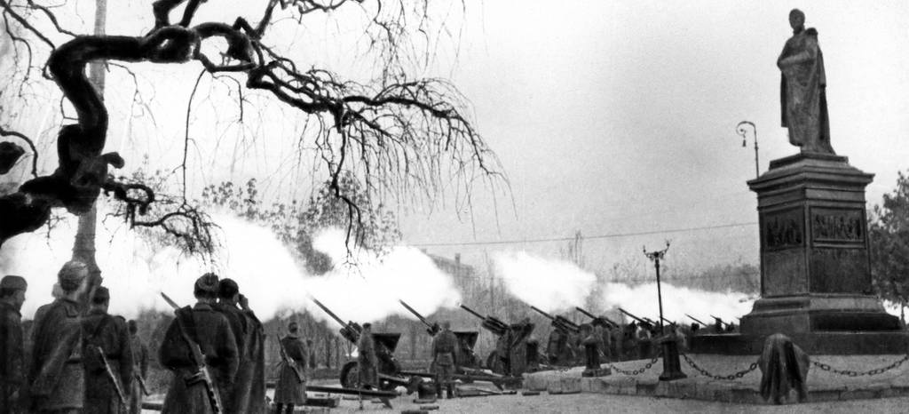 Артиллерийский салют в честь освобождения Одессы. 10 апреля 1944