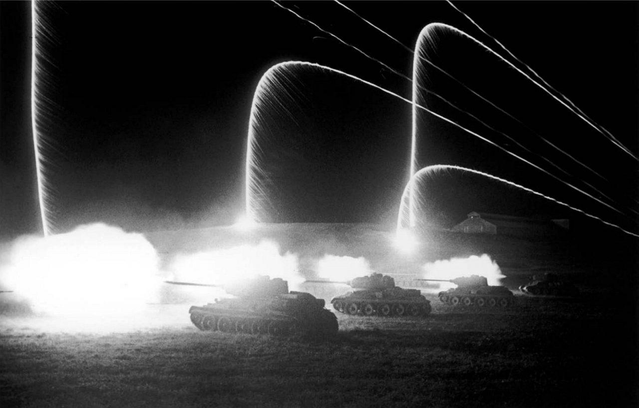 Ночная атака советских танков у станции Раздельная в районе Одессы. Фото — Дмитрий Бальтерманц. Апрель 1944