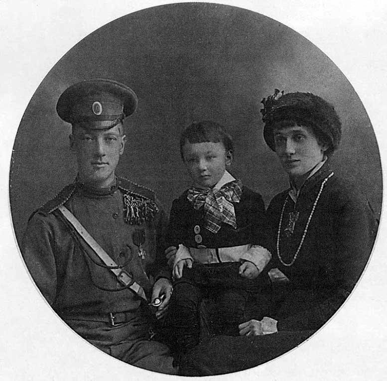 Анна Ахматова и Николай Гумилев с сыном Львом, 1915.