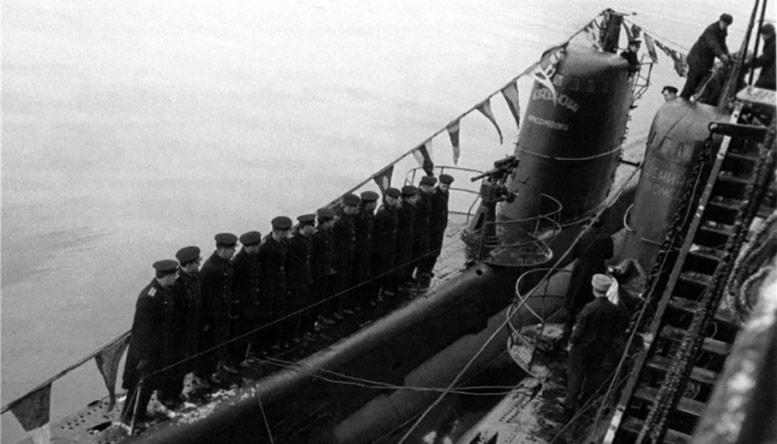Советская подводная лодка М-105 у борта М-106 во время торжественного присвоения названия «Челябинский комсомолец».