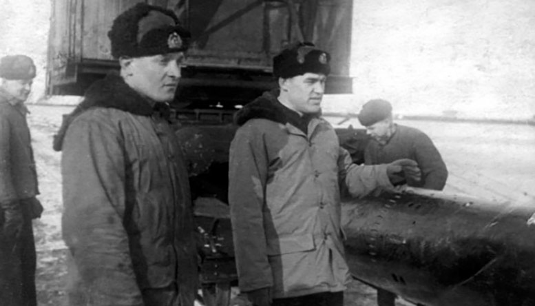 Подготовка торпеды к загрузке на ПЛ командир БЧ-2-3 ст. л-т  А. П. Харитонов (слева) офицер у торпеды – командир     М-105 капитан 3 ранга В.Н. Хрулёв