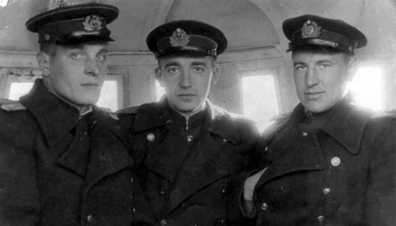 "В рубке М-105 "",  слева – к-р БЧ-2-3 ст. л-т А. П. Харитонов. Рядом командир БЧ-5 ст. инж.-л-т В. И. Голубев и пом. ком-ра ст. л-т Ф. С. Петренко"