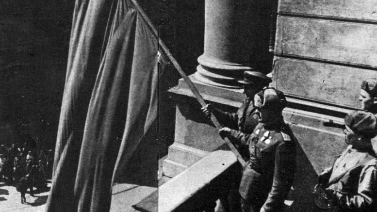 Красное знамя на здании Оперного театра