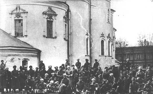 Солдаты армии УНР перед Михайловским Златоверхим монастырем в Киеве, 1918 г.