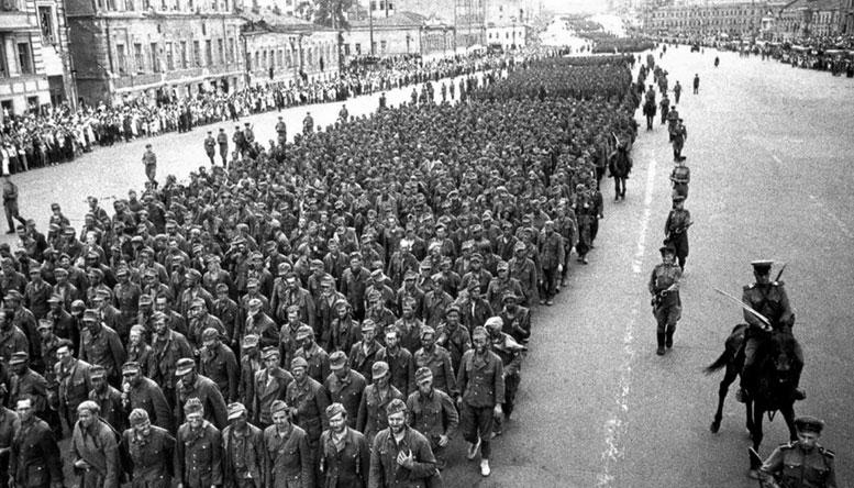 Мрачная процессия из десятков тысяч солдат вермахта