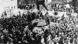 Жители Бухареста приветствуют советских солдат. Надпись на большом транспаранте можно перевести как «Да здравствует великий Сталин — гениальный вождь Красной Армии»