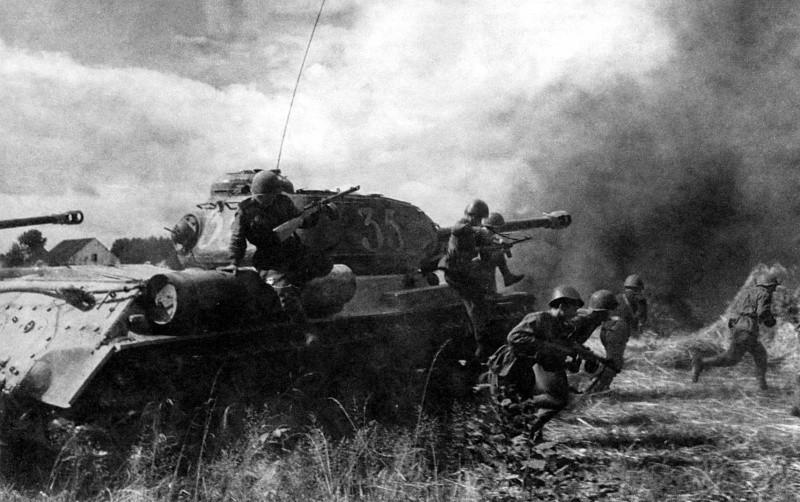 Советские танки ИС-2 с танковым десантом во время атаки.