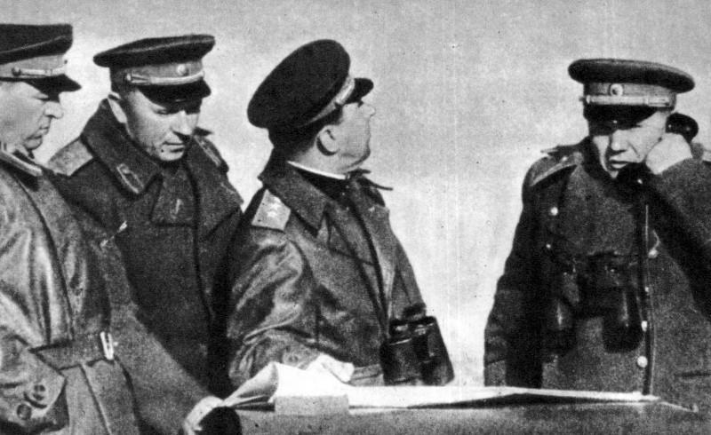 Командующий 2-м Прибалтийским фронтом А.И. Еременко с офицерами на командном пункте фронта.