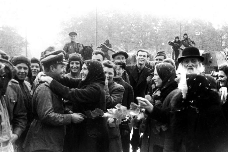 Население Риги радостно встречает освободителей