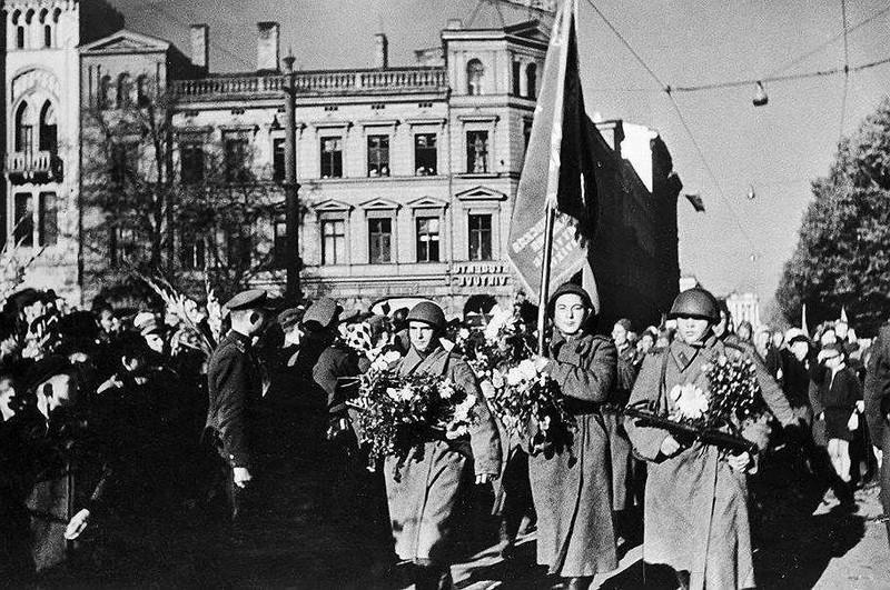 Советские солдаты-освободители  в Риге.