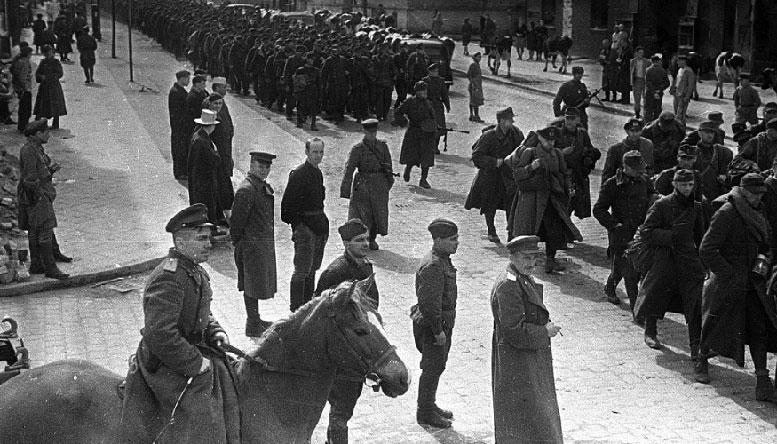 Колонна немецких пленных идет по улице Гинденбург-штрассе в городе Инстербург (Восточная Пруссия), по направлению к Лютеранской церкви (сейчас город Черняховск, улица Ленина).