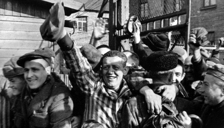 Заключенные концлагеря Освенцим приветствуют своих освободителей – солдат Красной Армии