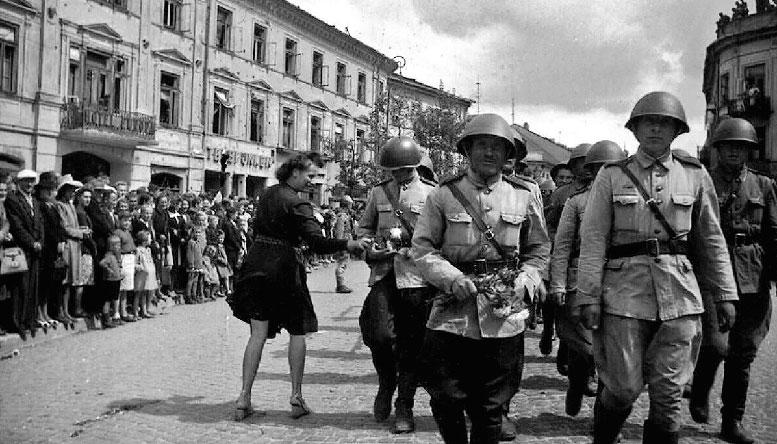 Войска маршала Рокоссовского входят в польский город Люблин.