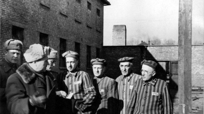 Бывшие узники концлагеря Освенцим демонстрируют советским офицерам виселицу, стоящую во дворе одного из блоков.