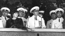 На фото: адмирал флота Сорокин Алексей Иванович выступает с приветствием к выпускникам КВВМПУ.