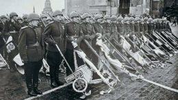 Трофейные знамена побежденных гитлеровских дивизий в руках советских воинов.