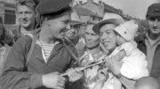 Советские моряки среди мирного населения Харбина. Автор: Евгений Халдей.