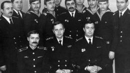 Командир Зеленский Ю.А. (в центре), СПК Ключников В.М.(слева) и ЗКПЧ Кундрюков В,И. (справа), офицеры и мичмана с первым составом старшин и матросов срочной службы.