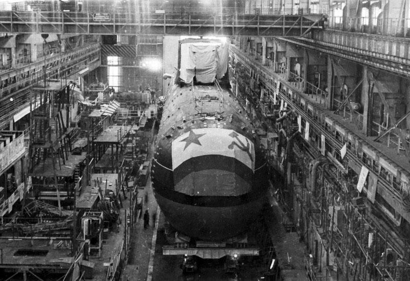 ПЛА К-278  на стапеле перед выводом её из цеха.